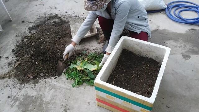 Tùy cách trộn đất mà nguyên liệu được sử dụng khác nhau