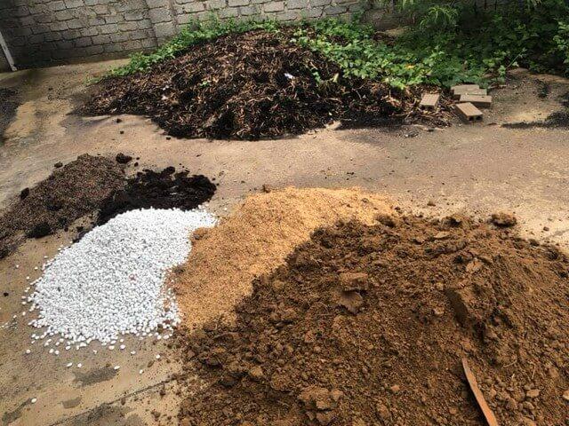 Đất và các nguyên liệu hữu cơ cần được chọn lọc cẩn thận